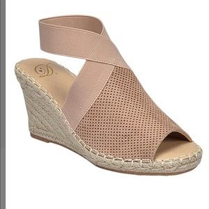 Delicious NWT Size 9 Tan Ankle Strap Sandal